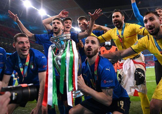 Ital Leonardo Bonucci třímá trofej pro mistry Evropy.