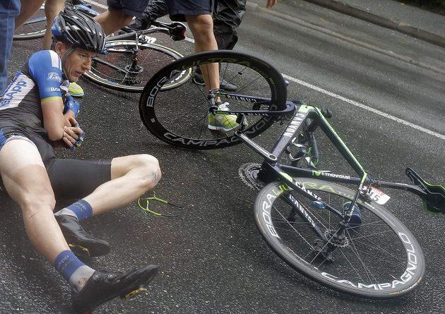 Leopold König leží na asfaltu po pádu v 19. etapě Tour de France.