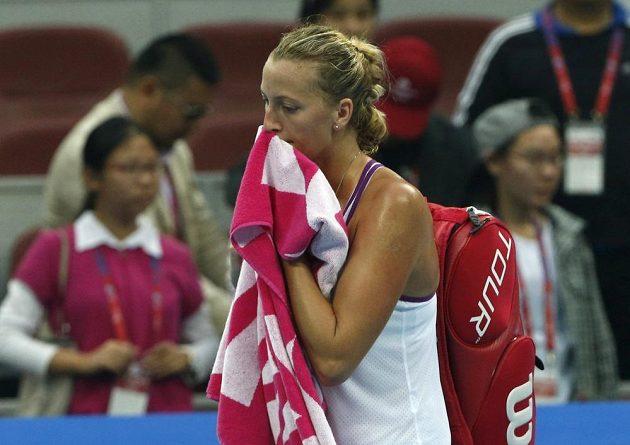 Zklamaná česká tenistka Petra Kvitová odchází po prohraném zápase s Italkou Sárou Erraniovou na turnaji v čínském Pekingu.