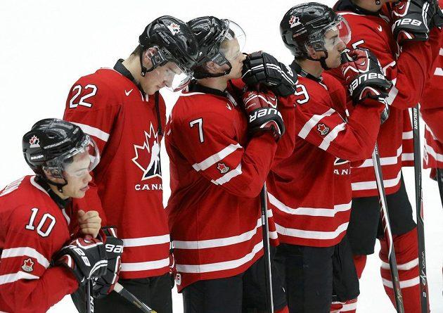 Zklamaní hokejisté Kanady po semifinálové porážce s Finskem. Zleva Charles Hudon (s číslem 10), Frederik Gauthier (č. 22), Josh Morrissey (č. 7) a Nic Petan.