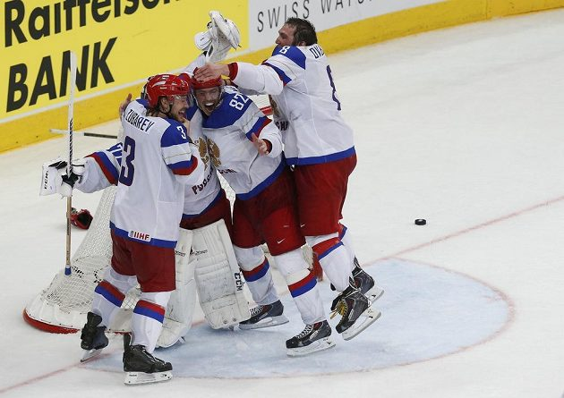 Kapitán ruských hokejistů Alexander Ovečkin (vpravo) spolu s Andrejem Zubarevem (vlevo) a Jevgenijem Medvěděvem oslavuje titul mistrů světa.