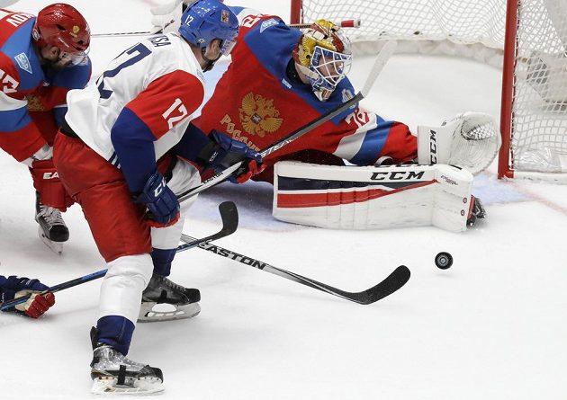Český útočník Radek Faksa (vpředu) se snaží dorazit puk za záda ruského brankáře Sergeje Bobrovského.