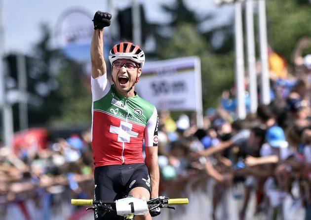 Švýcarský biker Nino Schurter slaví v Novém Městě na Moravě titul mistra světa.