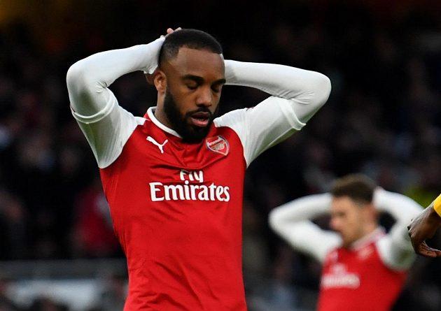Alexandre Lacazette z Arsenalu a jeho zklamání po zahozené šanci londýnského týmu v semifinále Evropské ligy.