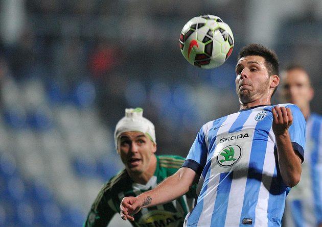 Záložník Bohemians Jan Moravec (vlevo) sleduje, co s míčem provede mladoboleslavský útočník Michal Ďuriš.