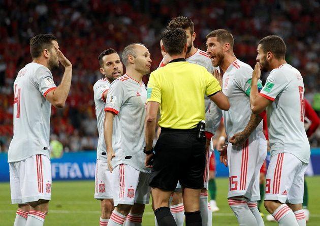Fotbalistům Španělska se penaltový verdikt sudího v duelu MS proti Portugalsku nelíbil. Protesty však byly marné.
