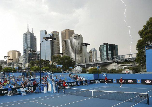 Tropická vedra vystřídala ve čtvrtek během Australian Open bouřka. Postihla i zápas Francouze Stephana Roberta a Poláka Michala Przysieznyho.
