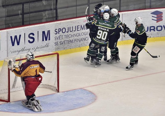 Radost hokejistů Karlových Varů po prvním gólu, vlevo je brankář Jihlavy Jakub Škarek.