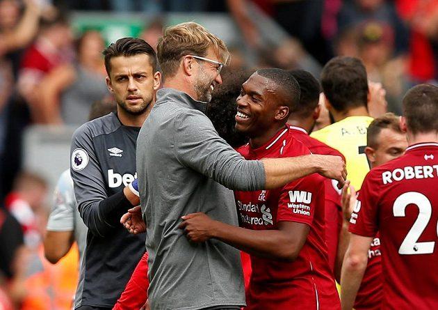 Kouč Jürgen Klopp a Daniel Sturridge se objímají po výhře v Liverpoolu nad West Hamem.
