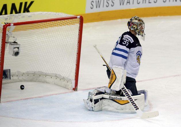 Překonaný gólman Finska Pekka Rinne. Ve čtvrtfinále MS v Praze ho překonal Jan Kovář.