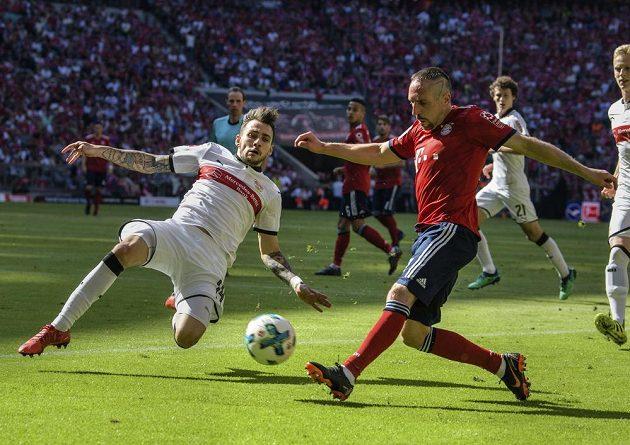 Stuttgartský fotbalista Anastasios Donis vlevo se snaží zablokovat centr Francka Riberyho z Bayernu v utkání nejvyšší německé soutěže.