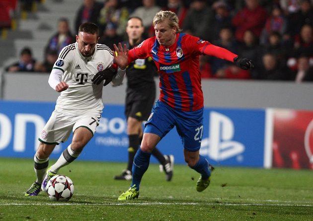 Franck Ribéry z Bayernu (vlevo) v souboji s Františkem Rajtoralem z Plzně v duelu Ligy mistrů.