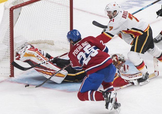 Ryan Poehling z Montrealu Canadiens překonává Davida Ritticha v brance Calgary Flames.