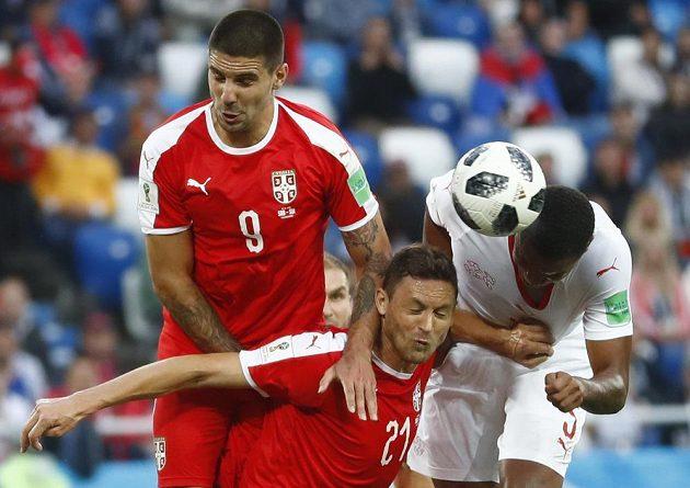 V souboji o míč (zleva) Aleksandar Mitrovič a Nemanja Matič ze Srbska a Švýcar Manuel Akanji.