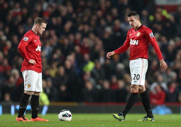 Zklamaní Robin van Persie (vpravo) a Wayne Rooney po domácí prohře Manchesteru United s městským rivalem Manchesterem City.