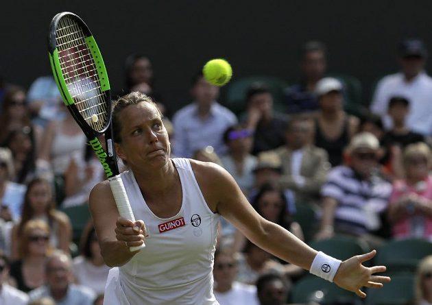 Barbora Strýcová při čtvrtfinále s Britkou Johannou Kontaovou.