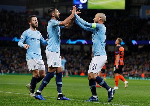 Fotbalista Manchesteru City David Silva slaví se spoluhráči svůj gól do sítě Šachtaru Doněck v Lize mistrů.
