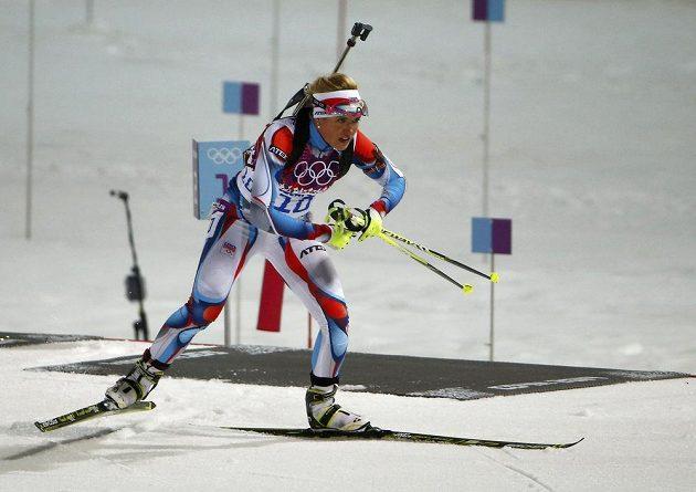 Gabriela Soukalová v olympijském závodu na 12,5 km s hromadným startem.