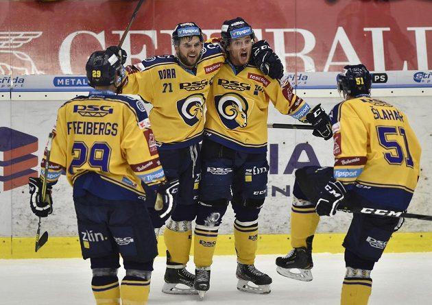 Hokejisté Zlína se radují z gólu.
