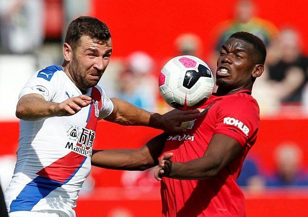 Fotbalista Manchesteru United Paul Pogba v souboji s Jamesem McArthurem z Crystal Palace.