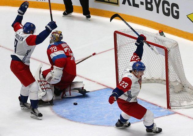 Milan Michálek (vlevo) a Dmitrij Jaškin jásají před ruským brankářem Sergejem Bobrovským po úvodní trefě Michala Kempného (není na snímku).
