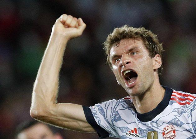 Fotbalista Bayernu Thomas Müller se raduje z úvodního gólu proti Barceloně.