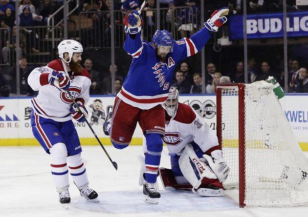 Rick Nash (61) z New Yorku Rangers střílí gól do sítě Montrealu.