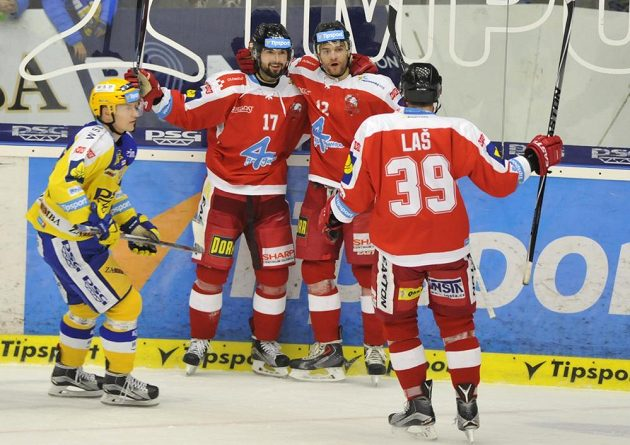 Olomoučtí hokejisté slaví gól na ledě Zlína. Zprava se radují Marek Laš, Jan Knotek a Dávid Buc.