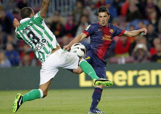 David Villa (vpravo) z Barcelony bojuje o míč s Mariem Álvarezem z Betisu Sevilla.