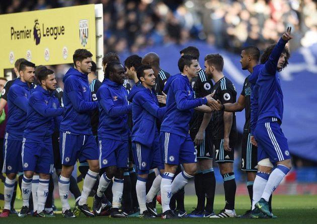 Fotbalisté Chelsea (vpředu) se před zápasem zdraví s hráči West Bomwiche.