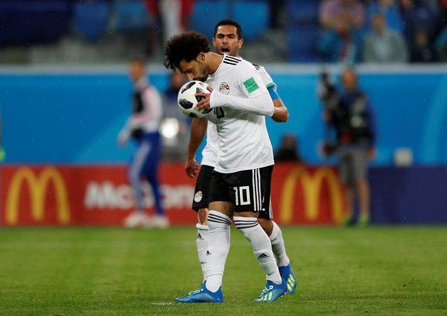 Kanonýr egyptské reprezentace Mohamed Salah dal Rusku gól z pokutového kopu. Před zahráním penalty políbil míč.