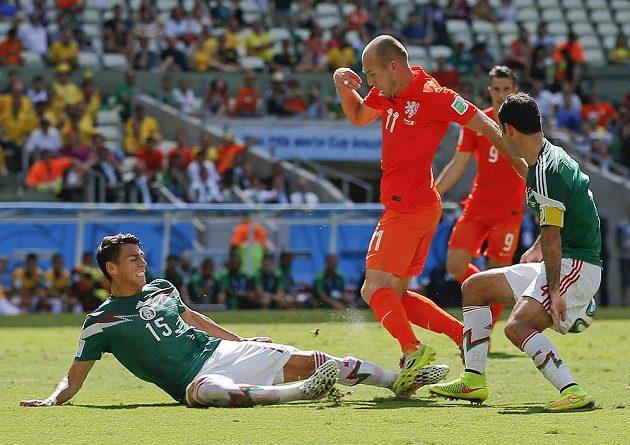 Nešťastný střet Héctora Morena s Arjenem Robbenem v závěru první půle osmifinálového duelu na MS. Vpravo je mexický kapitán Rafael Márquez.