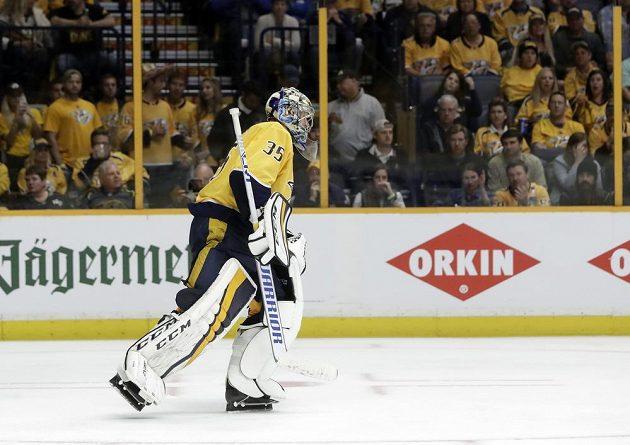 Finský brankář Nashvillu Pekka Rinne odjíždí na střídačku po šestém obdrženém gólu v pátém zápase série play off s Winnipegem.
