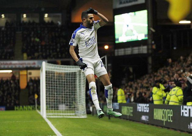 Střelec gólu Rijád Mahríz slaví vítěznou branku do sítě Watfordu.