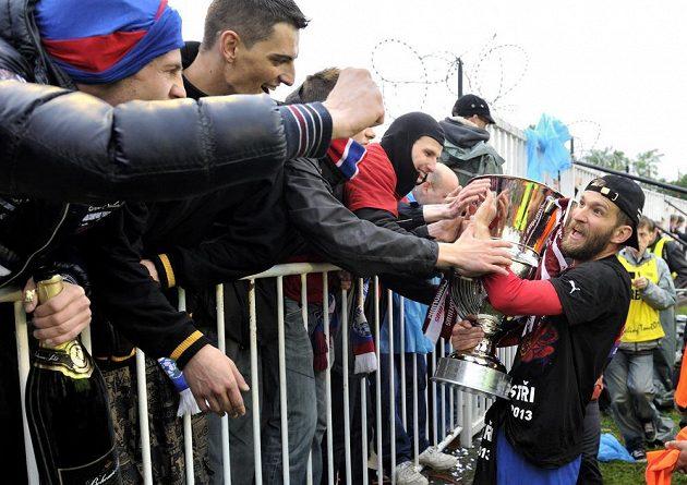 Plzeňský útočník Marek Bakoš oslavuje s fanoušky ligový titul.