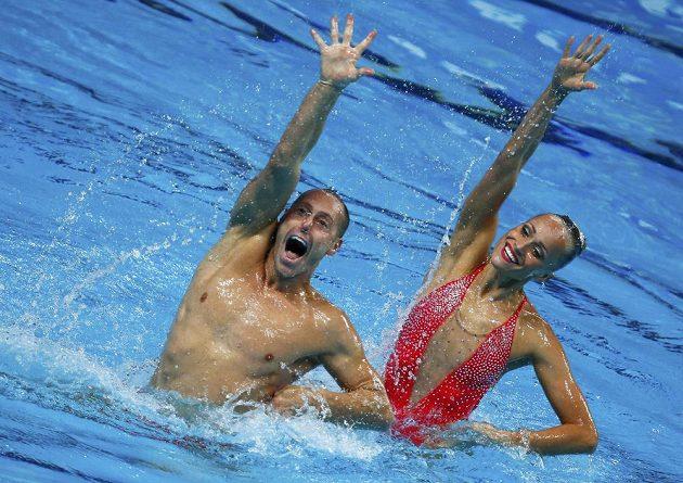 Premiéroví vítězové v nové disciplíně synchronizovaného plavání: titul na MS v Kazani získali Američané Christina Jonesová a Bill May.