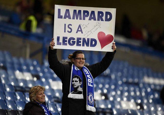 Lampard je legenda - těmito transparenty vítali fanoušci Chelsea svého někdejšího kapitána, který nyní obléká dres Manchesteru City.