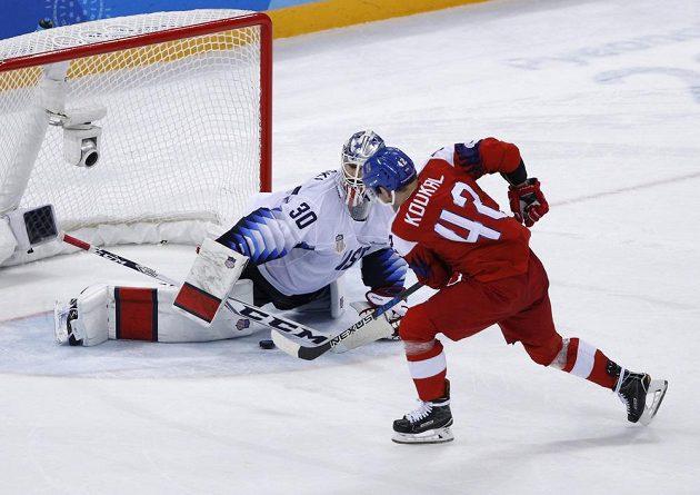 Rozhodující samostatný nájezd, který katapultoval český tým do semifinále olympijského turnaje. Petr Koukal posílá puk po ledě pod tělem amerického brankáře Ryana Zapolského.