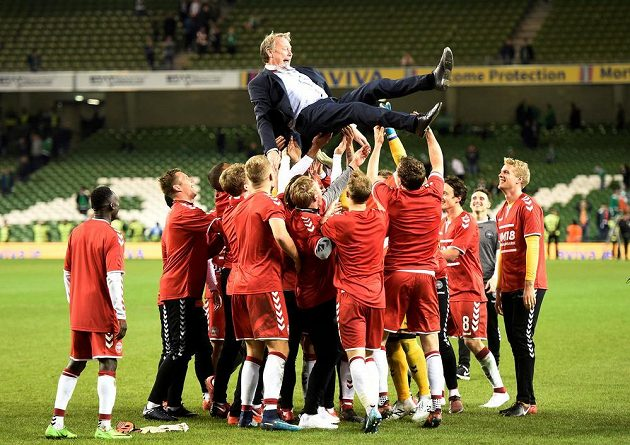Kouč Age Hareide létá nad hlavami dásnkých fotbalistů po vítězství v baráži o MS.