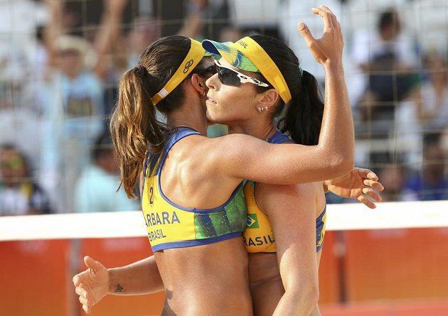Brazilsky Agatha Bednarczuková (vpravo) a Barbara Seixasová se radují po jedné z vítězných výměn.