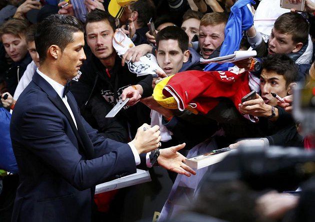 Portugalský útočník Cristiano Ronaldo se podepisuje fanouškům krátce před vyhlášením ankety Zlatý míč v Curychu.