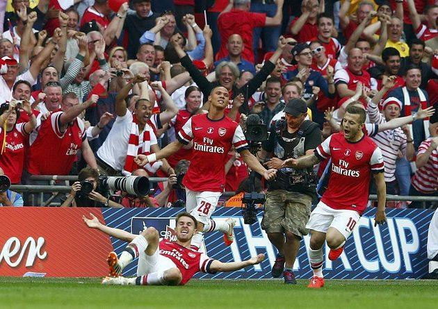 Aaron Ramsey (na zemi) právě trefil Arsenalu výhru v poháru...