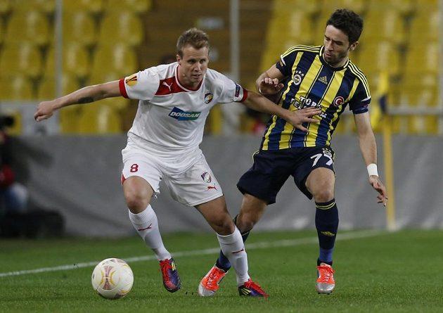 Plzeňský zadák David Limberský (vlevo) bojuje o míč s Gonulem Gökhanem z Fenerbahce Istanbul v odvetném osmifinálovém duelu Evropské ligy.