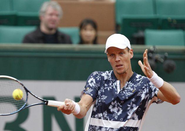Česká tenisová jednička Tomáš Berdych během osmifinále French Open proti Johnu Isnerovi.