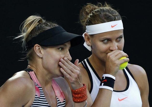Bethanie Matteková-Sandsová (vlevo) s Lucií Šafářovou ve finále Australian Open.