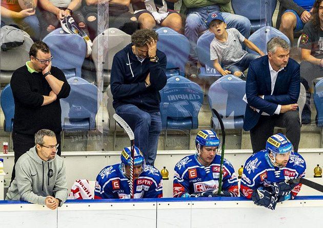 Vzadu uprostřed Jaromír Jágr z Kladna po druhém inkasovaném gólu.