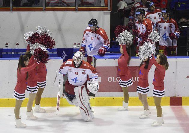 Hráči Olomouce nastupují na led před začátkem druhé třetiny duelu s Hradcem Králové. Vpředu brankář Branislav Konrád.