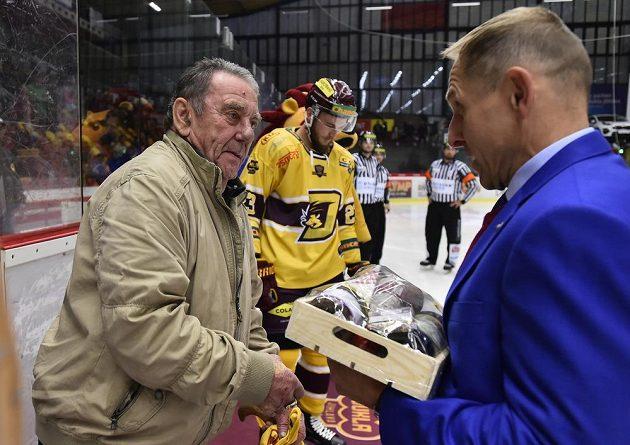 Před zahájením zápasu Chance ligy jednatel Dukly Bedřich Ščerban (vpravo) pogratuloval bývalému reprezentantovi a dlouholetému hráči Dukly Janu Suchému k 75. narozeninám, které oslaví 10. října.
