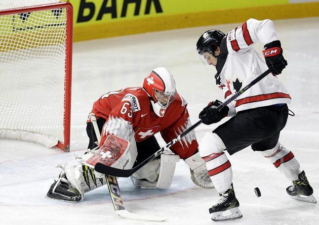 Já ho vidím. Kanaďan Matt Barzal a švýcarský gólman Leonardo Genoni v semifinále MS.