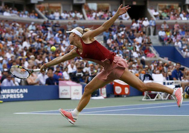 Caroline Wozniacká se snaží doběhnout míček v duelu se Serenou Williamsovou.